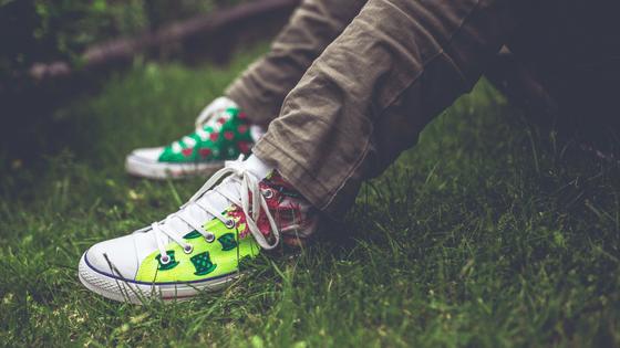 feet takkies grass